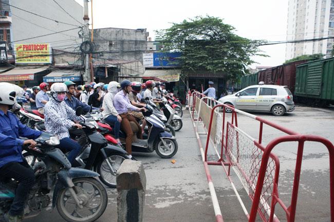 Cận cảnh những pha lách rào chắn, cắt mặt tàu hỏa ở Hà Nội - 11