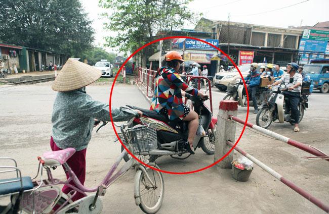 Cận cảnh những pha lách rào chắn, cắt mặt tàu hỏa ở Hà Nội - 9