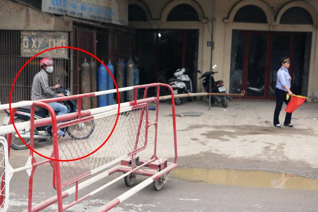 Cận cảnh những pha lách rào chắn, cắt mặt tàu hỏa ở Hà Nội - 8