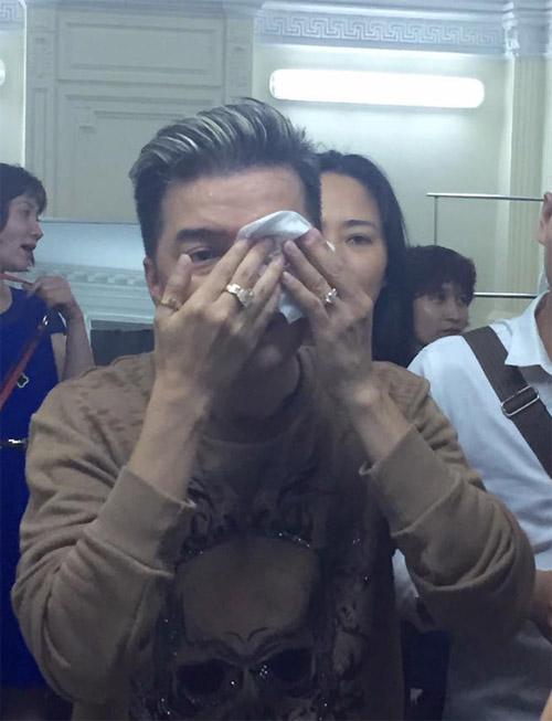 Mr. Đàm gặp tai nạn chảy máu mắt trên sân khấu - 2