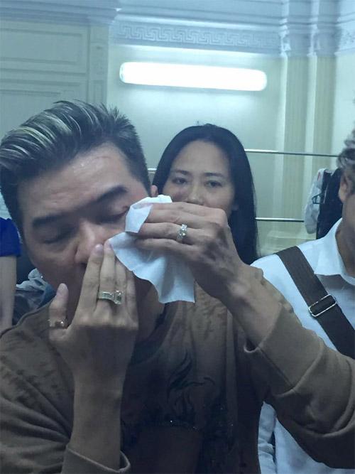 Mr. Đàm gặp tai nạn chảy máu mắt trên sân khấu - 4