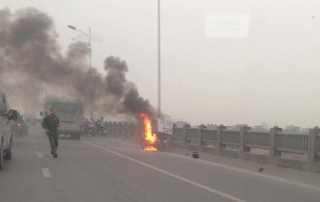 HN: Xe máy bốc cháy dữ dội trên cầu Vĩnh Tuy - 1