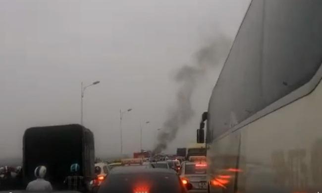HN: Xe máy bốc cháy dữ dội trên cầu Vĩnh Tuy - 2