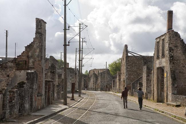 Ngôi làng Oradour-sur-Glane ở Pháp là bằng chứng cho thấy sự tàn ác của phát xít Đức trong cuộc chiến tranh thế giới thứ hai. Chúng đã tàn sát gần như toàn bộ người dân và phóng hỏa đốt các ngôi nhà trong làng.