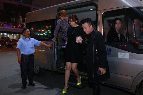Trấn Thành nắm chặt tay Hari Won tại Hà Nội - 2