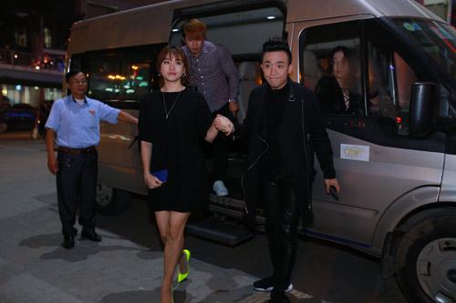 Trấn Thành nắm chặt tay Hari Won tại Hà Nội - 3