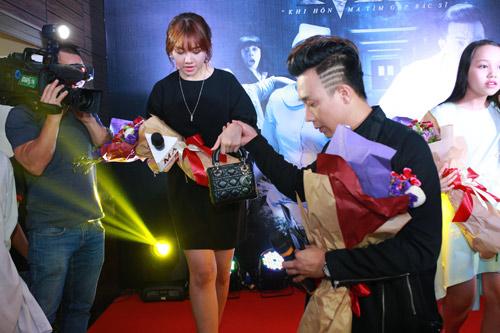 Trấn Thành nắm chặt tay Hari Won tại Hà Nội - 8