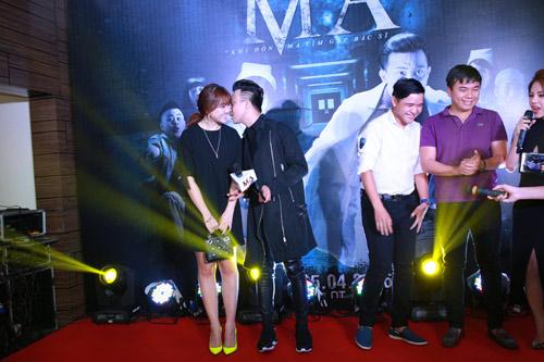 Trấn Thành nắm chặt tay Hari Won tại Hà Nội - 7