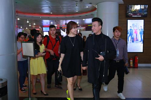 Trấn Thành nắm chặt tay Hari Won tại Hà Nội - 9
