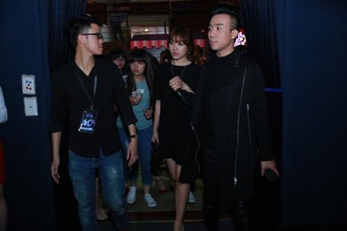 Trấn Thành nắm chặt tay Hari Won tại Hà Nội - 10