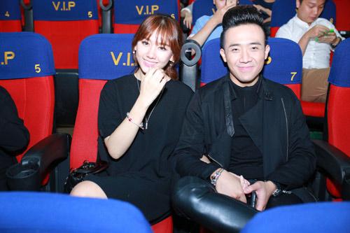 Trấn Thành nắm chặt tay Hari Won tại Hà Nội - 11
