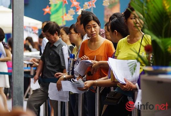 Dòng người đội nắng xếp hàng mua vé máy bay giá rẻ - 2