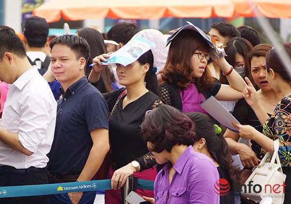 Dòng người đội nắng xếp hàng mua vé máy bay giá rẻ - 3