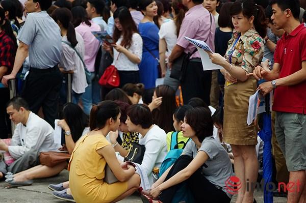 Dòng người đội nắng xếp hàng mua vé máy bay giá rẻ - 4