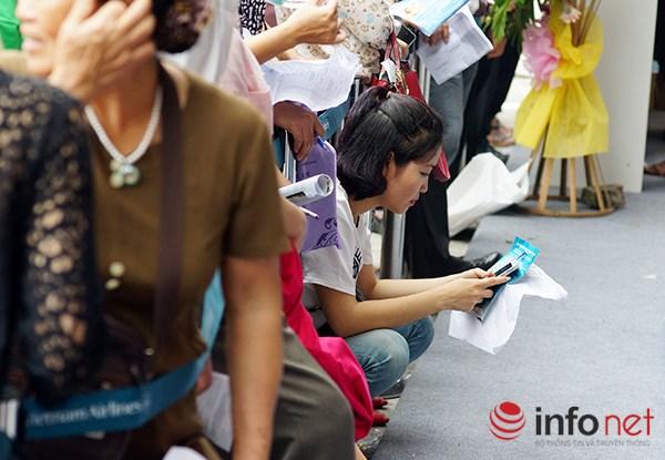Dòng người đội nắng xếp hàng mua vé máy bay giá rẻ - 6