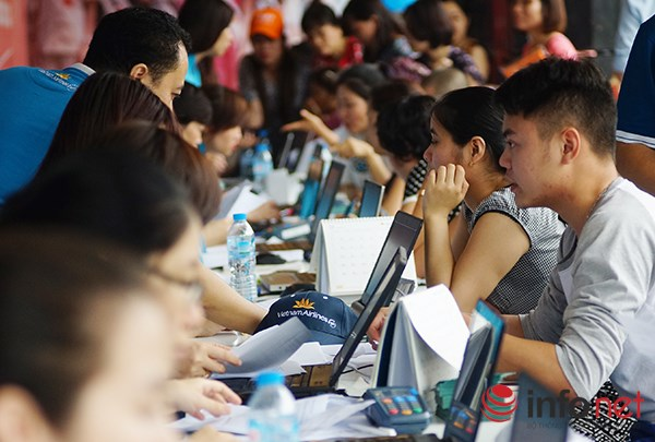 Dòng người đội nắng xếp hàng mua vé máy bay giá rẻ - 7
