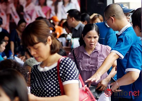 Dòng người đội nắng xếp hàng mua vé máy bay giá rẻ - 8