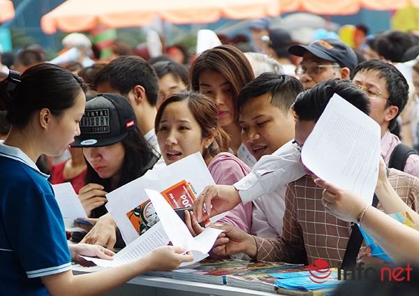 Dòng người đội nắng xếp hàng mua vé máy bay giá rẻ - 9