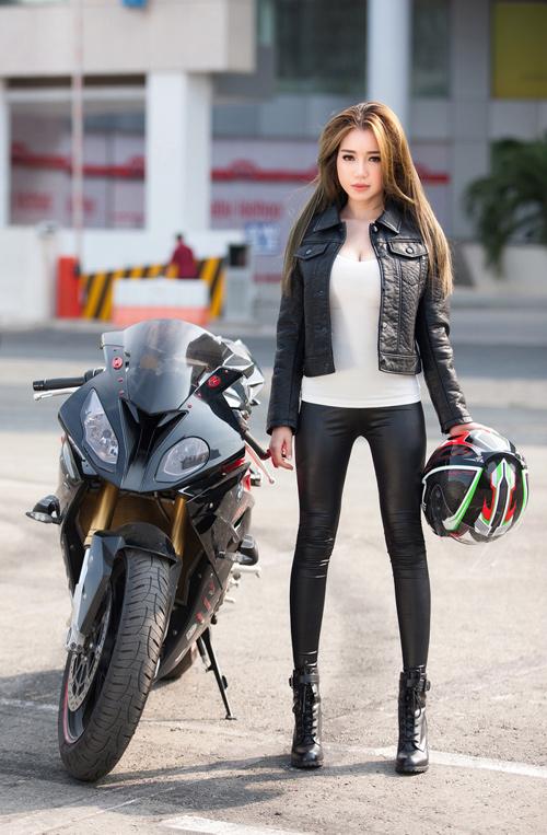Elly Trần chịu nắng gắt chụp ảnh gợi cảm bên mô tô - 2