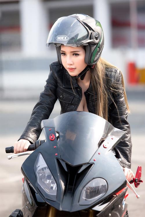 Elly Trần chịu nắng gắt chụp ảnh gợi cảm bên mô tô - 3