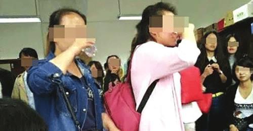 Sinh viên phải thi uống rượu trước khi ra trường - 2