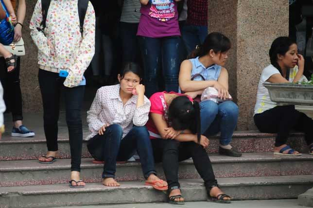 HN: Người dân đứng ngồi vạ vật chờ xe về nghỉ lễ - 1