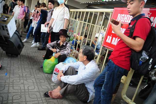 HN: Người dân đứng ngồi vạ vật chờ xe về nghỉ lễ - 3