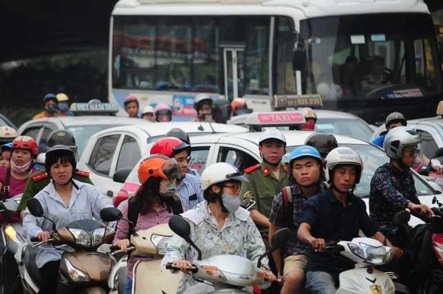HN: Người dân đứng ngồi vạ vật chờ xe về nghỉ lễ - 4