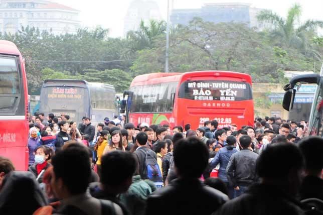HN: Người dân đứng ngồi vạ vật chờ xe về nghỉ lễ - 6