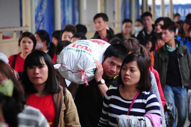 HN: Người dân đứng ngồi vạ vật chờ xe về nghỉ lễ - 8