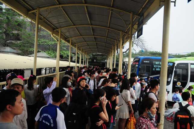 HN: Người dân đứng ngồi vạ vật chờ xe về nghỉ lễ - 10