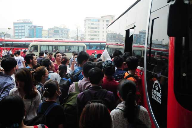 HN: Người dân đứng ngồi vạ vật chờ xe về nghỉ lễ - 11