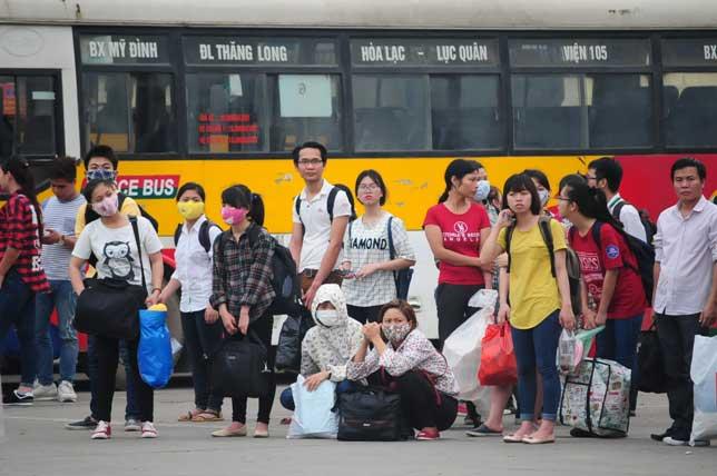 HN: Người dân đứng ngồi vạ vật chờ xe về nghỉ lễ - 13
