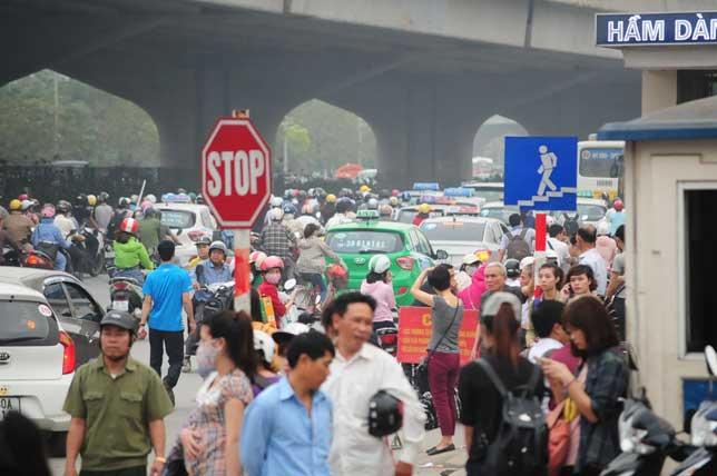 HN: Người dân đứng ngồi vạ vật chờ xe về nghỉ lễ - 14
