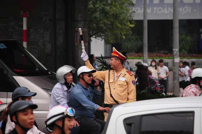 HN: Người dân đứng ngồi vạ vật chờ xe về nghỉ lễ - 15