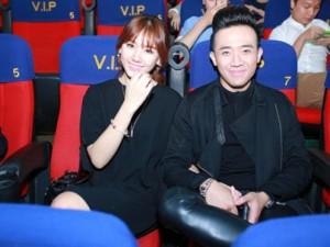 Phim - Trấn Thành nắm chặt tay Hari Won tại Hà Nội