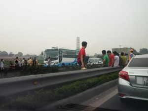 Tin tức trong ngày - Bị ô tô kéo lê 60m trên cao tốc, người đi bộ tử vong