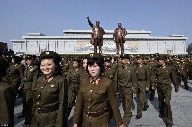 Ảnh: Dân Triều Tiên lũ lượt ra đường mừng sinh nhật lãnh tụ - 2