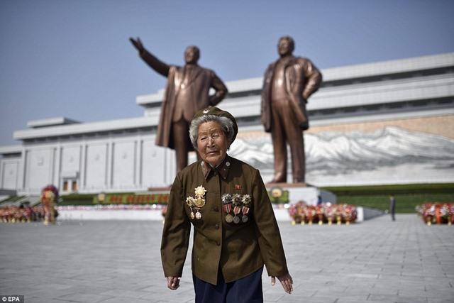 Ảnh: Dân Triều Tiên lũ lượt ra đường mừng sinh nhật lãnh tụ - 5