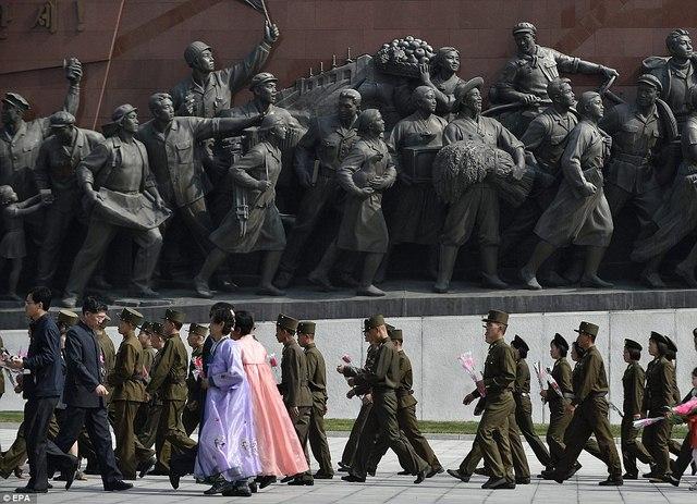 Ảnh: Dân Triều Tiên lũ lượt ra đường mừng sinh nhật lãnh tụ - 7