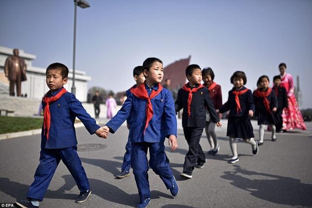 Ảnh: Dân Triều Tiên lũ lượt ra đường mừng sinh nhật lãnh tụ - 8