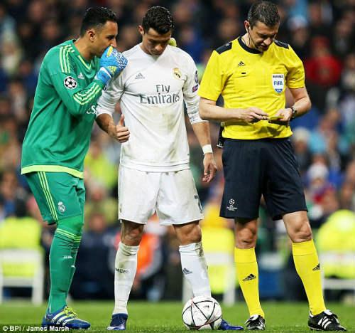 """""""Cao nhân"""" chỉ Ronaldo sút phạt cháy lưới Wolfsburg - 1"""