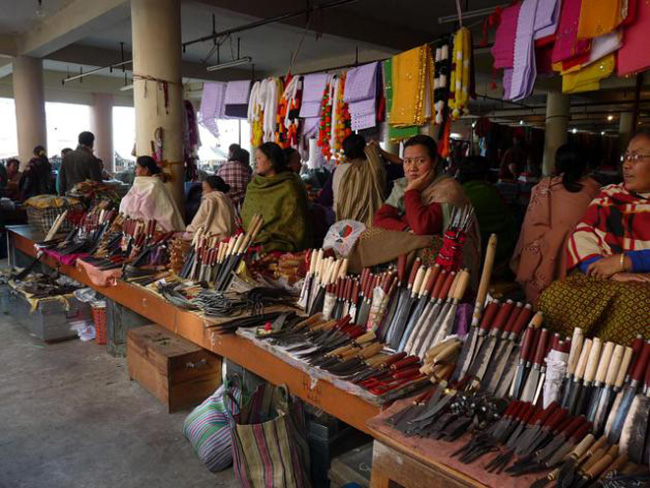 Chợ họp vào mọi ngày trong tuần, buôn bán các mặt hàng rất phong phú và đa dạng. Bạn có thể tìm thấy ở đây từ cá, gia vị, rau và hoa quả, đồ chơi và quần áo, giày dép sản xuất tại địa phương.