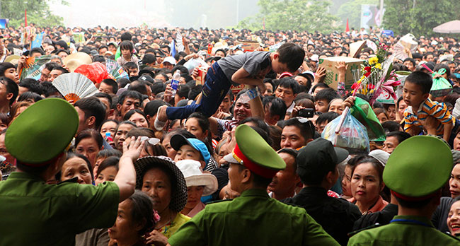 Trẻ nhỏ được chuyền tay để thoát đám đông xô đẩy ở đất Tổ - 2