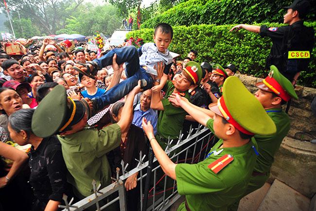 Trẻ nhỏ được chuyền tay để thoát đám đông xô đẩy ở đất Tổ - 3