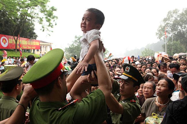 Trẻ nhỏ được chuyền tay để thoát đám đông xô đẩy ở đất Tổ - 4