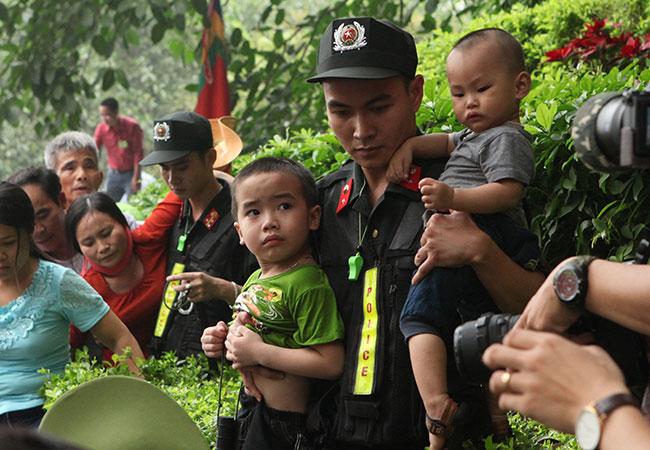 Trẻ nhỏ được chuyền tay để thoát đám đông xô đẩy ở đất Tổ - 5