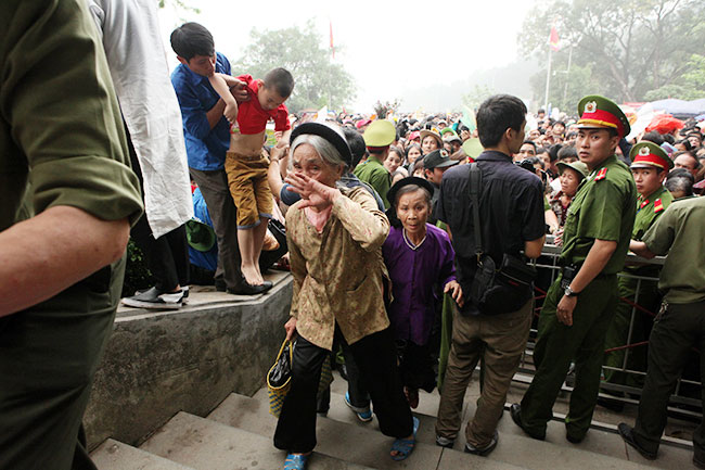 Trẻ nhỏ được chuyền tay để thoát đám đông xô đẩy ở đất Tổ - 11