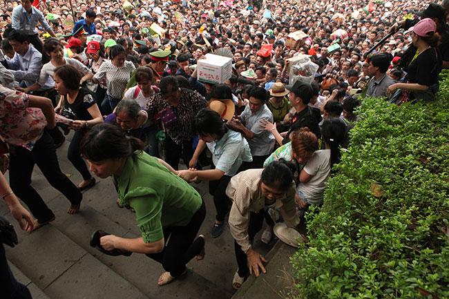 Trẻ nhỏ được chuyền tay để thoát đám đông xô đẩy ở đất Tổ - 13