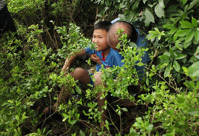 Trẻ nhỏ được chuyền tay để thoát đám đông xô đẩy ở đất Tổ - 15